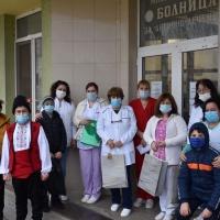"""Ученици от СУ """"Христо Смирненски"""" гр. Гулянци казаха """"Благодаря!"""" на медицинските работници от общинската болница и спешна помощ"""